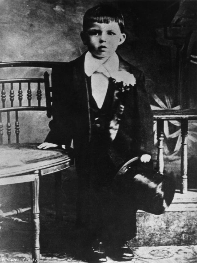 Francis Albert Sinatra 1915. december 12-én született Hobokenben, két olasz bevándorló egyetlen gyermekeként. Az énekes egyébként igazi óriásbébi volt, több mint hat kilót nyomott, ezért orvosi fogóval kellett világra segíteni, amelyek viszont egy életre nyomot hagytak a feje több pontján is. A sérülések miatt még a keresztelőt is el kellett napolni.