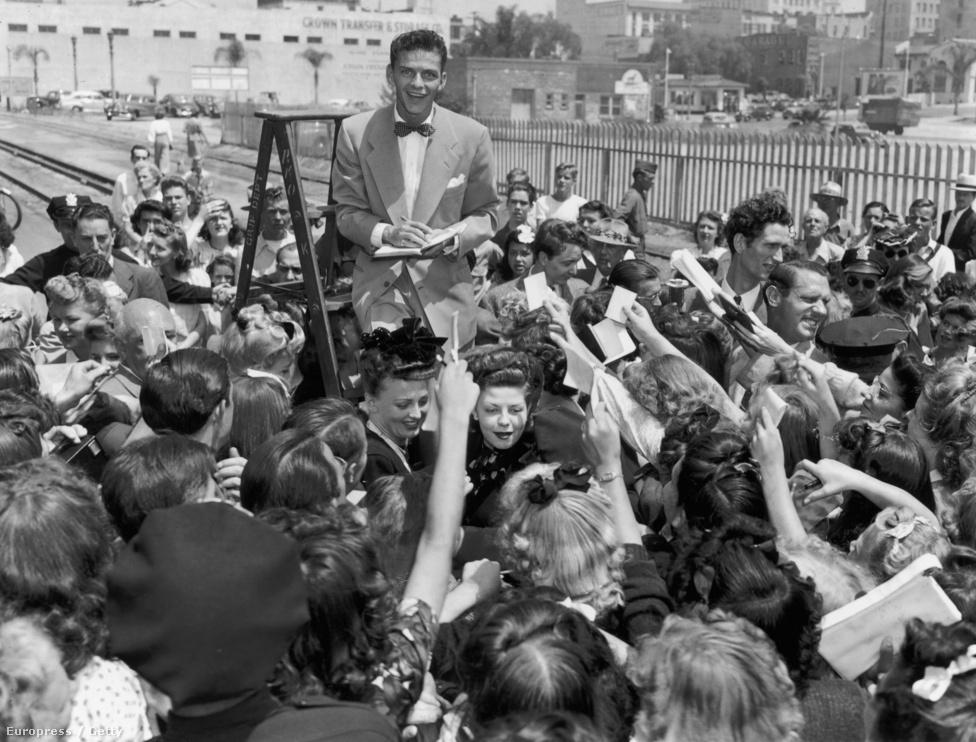Frank Sinatra létráról osztogat aláírásokat 1943-ban, nem sokkal azután, hogy megérkezett Los Angelesbe a Higher and Higher című film forgatására, amelyben rajta kívül Michèle Morgan francia színésznő és Jack Haley is szerepelt, aki a Bádogembert alakította az 1939-es Óz, a csodák csodája című filmben. Haley fia, az ifjabbik Jack később feleségül vette az Óz-film főszerepét alakító Judy Garland lányát,  Liza Minnellit.