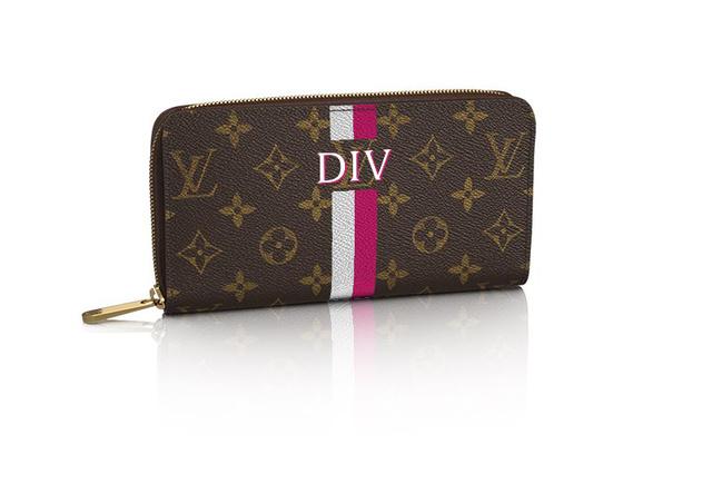"""Eljátszottunk a gondolattal, hogy van felesleges 1100 dollárunk (300 ezer forintunk) és meglepjük magunkat egy Dívány """"monogrammos"""" Louis Vuitton pénztárcával."""
