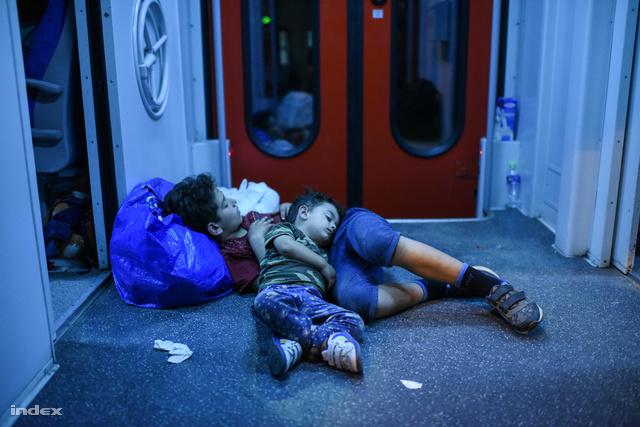 Menekült gyerekek alszanak egy vonaton a horvátországi Pélmonostornál