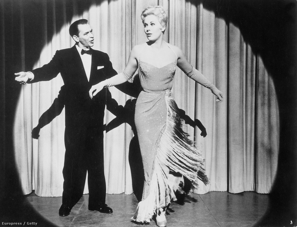 """Nem meglepő, hogy Sinatra az ötvenes és hatvanas évek amerikai szexbombájával, Kim Novakkal is összeszűrte a levet. """"Amikor Az aranykezű férfit forgattuk, még szerettem, de a Fickós Joey forgatására már egy egészen más férfi lett belőle"""" – mesélte a színésznő a kilencvenes években a Washington Postnak. A két film között egyébként csupán két év telt el."""