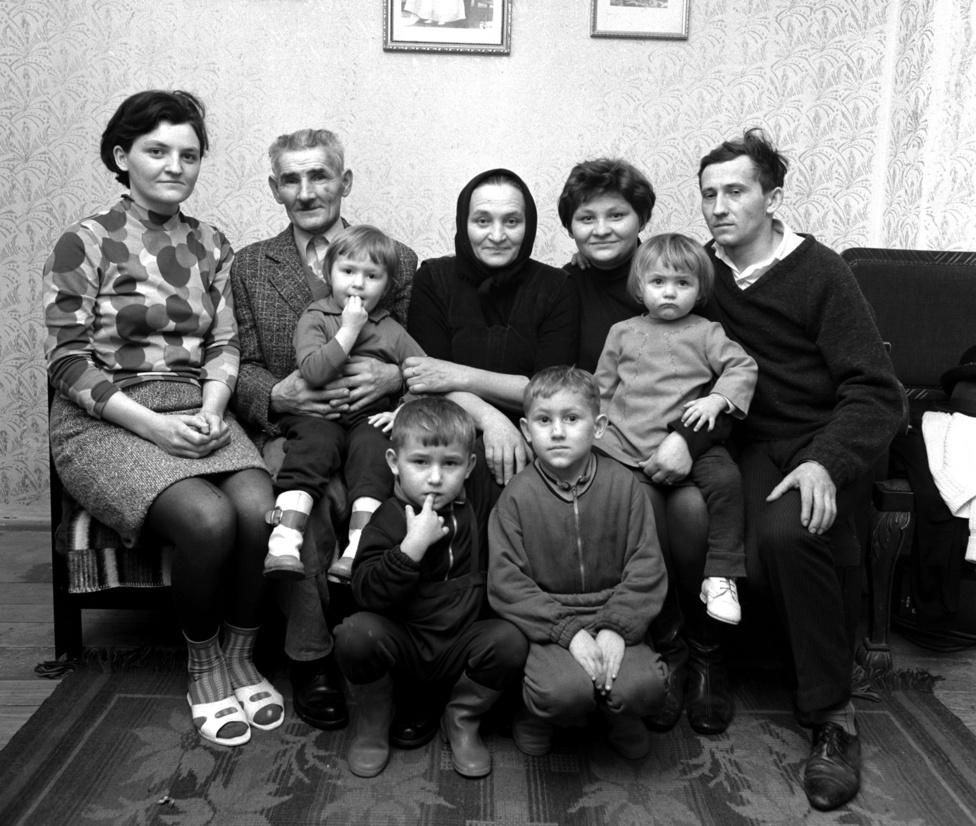 Dombi Béla a magyar lottó történetében a legnagyobb nyeremény tulajdonosa családjával. A 60 éves bányász akkor rekordnak számító egymillió kilencszáznegyvennyolcezer kilencszáztizenhét forintot nyert. Kurityán 1972. január 6.