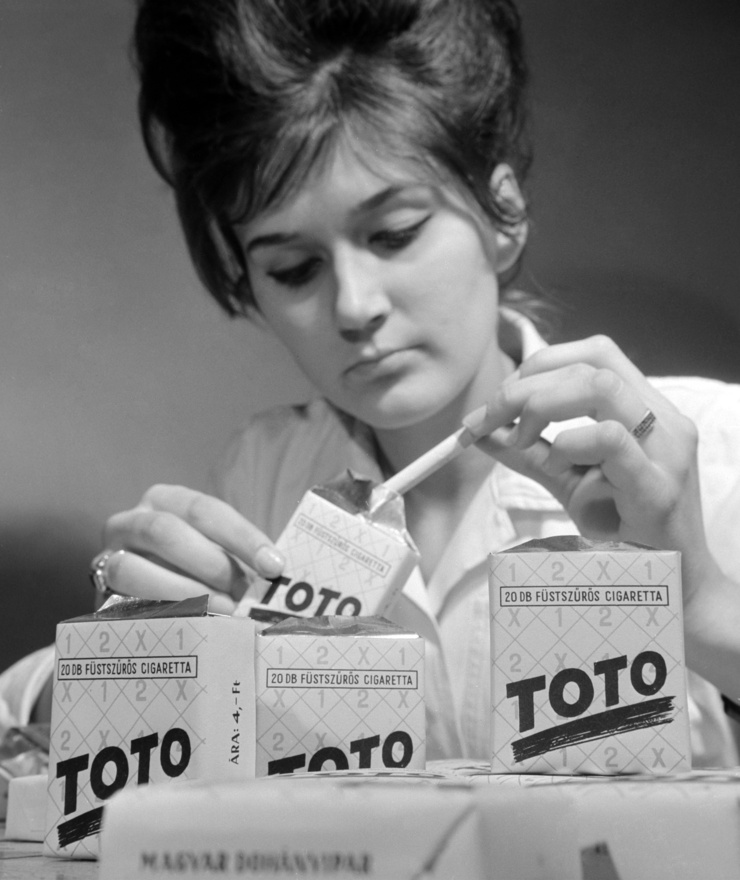 Székely Györgyi a Lágymányosi Dohánygyár dolgozója Toto cigarettával. Budapest 1964. január 28.