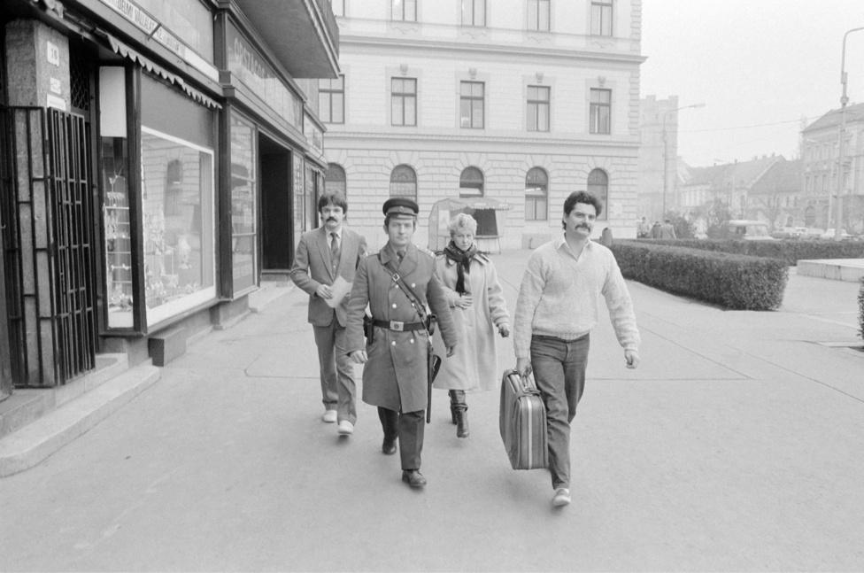 Az OTP Csapó utcai fiókjának dolgozói bőröndben, rendőri biztosítással szállítják át az pénztárából a totó-lottó kirendeltségbe az eddigi legnagyobb totónyereményért járó több mint 13 millió forintot, melyet három Hajdú-Bihar megyei játékos nyert meg. Debrecen 1988. január 7.
