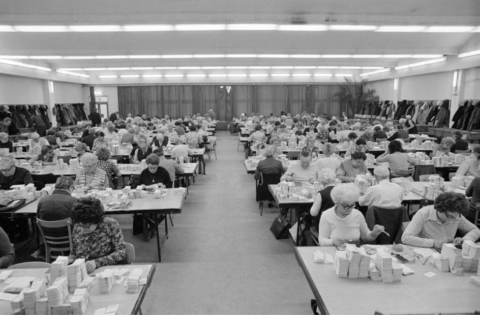 Kézzel válogatják ki a heti nyertes lottószelvényeket a Sportfogadási és Lottóigazgatóság Münnich Ferenc utcai székházában. Budapest 1982. január 22.