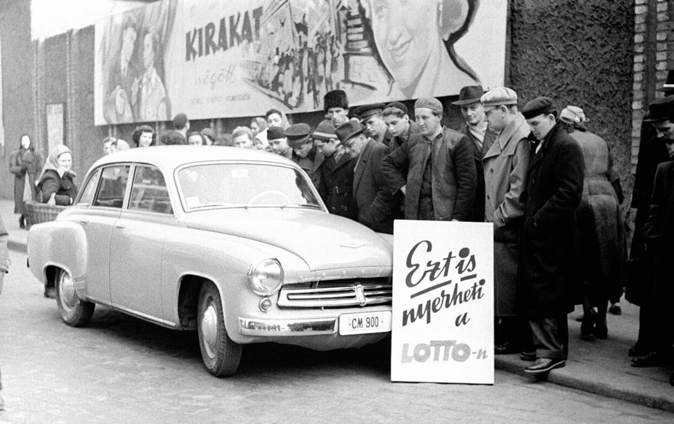 Az 1957-ben az Országos Takarékpénztár szervezésében indult lottó Wartburg tárgynyeremény-autója a Verseny Áruház előtt az első sorsolás előtt egy nappal. Budapest 1957. március 6.