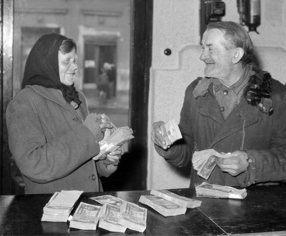 A Lottó első heti nyertesei: Gölöncsér János MÉH hulladékgyűjtő és felesége boldogan számolják pénzüket az OTP nagytétényi fiókjában. Budapest 1957. március 18.