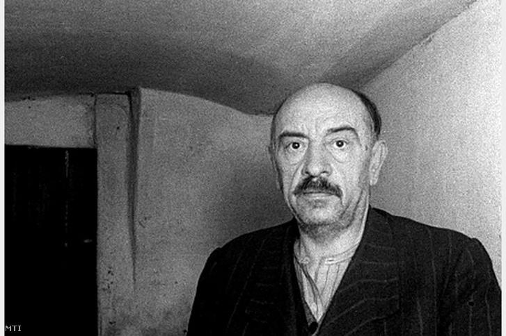 Hóman Bálint, a háborús bűnökkel vádolt egykori kultuszminiszter Andrássy úti cellájában, 1945. november 23-án.