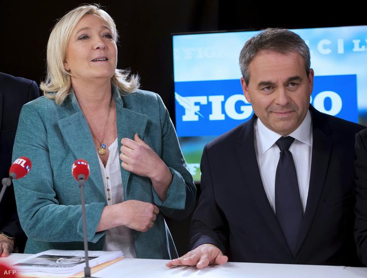 Marine Le Pen a Nemzeti Front listavezetője és a Köztársaságiak jelöltje, Xavier Bertnad egy televíziós vitán a francia Grand Lille TV felvételén, 2015. december 9-én.