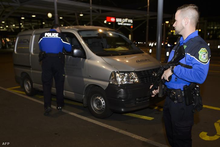 A biztonsági szolgálat ellenőriz egy járművet a genfi reptéren, miután a rendőrség terrorveszélyre figyelmeztetett a városban, 2015. december 10-én.