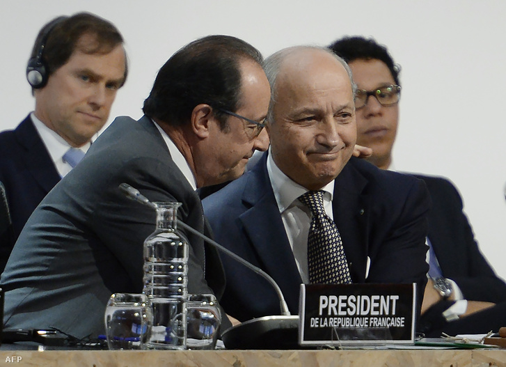 Laurent Fabiusés Francois Hollande a Párizshoz közeli La Bourge-ban rendezett klímakonferencián, 2015. december 12-én.