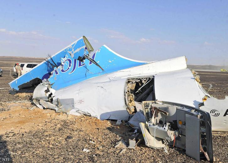 A Kogalymavia orosz légitársaság lezuhant Airbus A-321 típusú repülőgépének roncsai az egyiptomi Haszana közelében 2015. október 31-én.