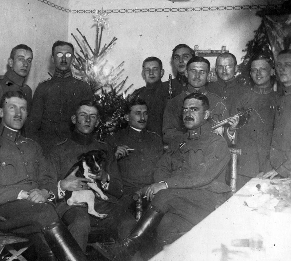 Magyar tisztek ünnepelnek valahol 1916 karácsonyán. Az nem kifejezés, hogy mennyire nem tűnik vidámnak a hangulat, pedig van kiskutya, hangszerek és feldíszített karácsonyfa is. Valószínűleg az épület is fűtött, nem hordanak kabátot, bár a központi, marcona figura elég durván megmunkált széken ül. 1916 végén – néhány hónappal az antanthatalmak legnagyobb katonai sikere, a Bruszilov-offenzíva után – a Monarchia a teljes összeomlás szélén táncolt, így a kép szereplőinek túlélési esélyei sem lehettek igazán szívderítőek.