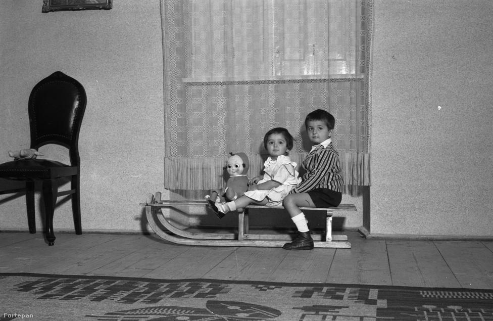 """""""A minőségi szánkózáshoz kell egy domb. Vagy legalább hó"""" – jelezte korábban bölcsen a Napirajz. Persze ezt korábban, 1942 telén is sejthették a részt vevő fiatalok és az ijesztő baba. Mindenesetre a szülők álma, amikor a családi eseményen a gyermekek kulturáltan szórakoznak csendben a sarokban, végtelen képzeletükre bízva magukat."""