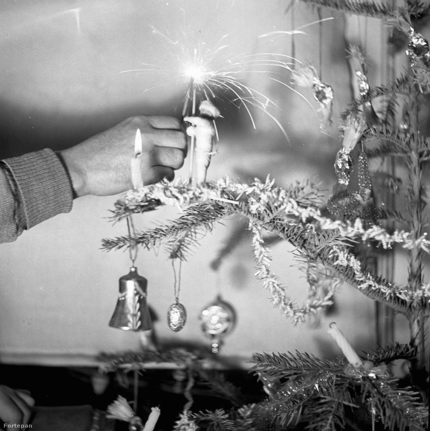 A síelő kucsmás múmia ragaszkodik a csillagszórójához 1938 karácsonyán. A csillagszórózás nagyjából egyidős lehet a görögtűzzel, bár a mai pálcás formája a húszas évektől terjedhetett el, Japánból. A fán égő gyertyáról azóta többé-kevésbé leszoktunk, mert rengeteg lakástűz okozója volt már. A csillagszóró sem veszélytelen, de inkább csak kiégett szőnyegekbe és foltosabb parkettákba kerül.