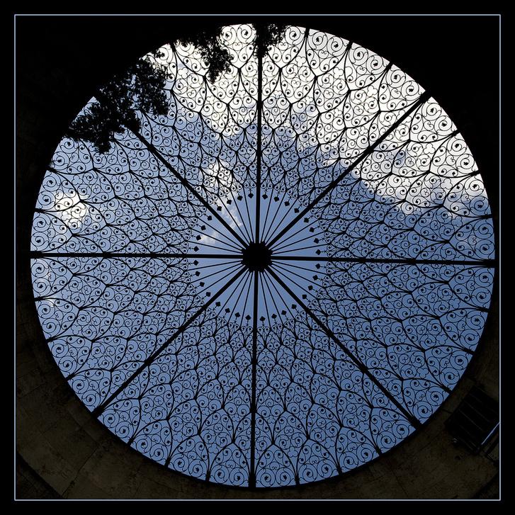 Ez a gyönyörű mandala az Országház egyik szellőzőrácsa alulnézetből