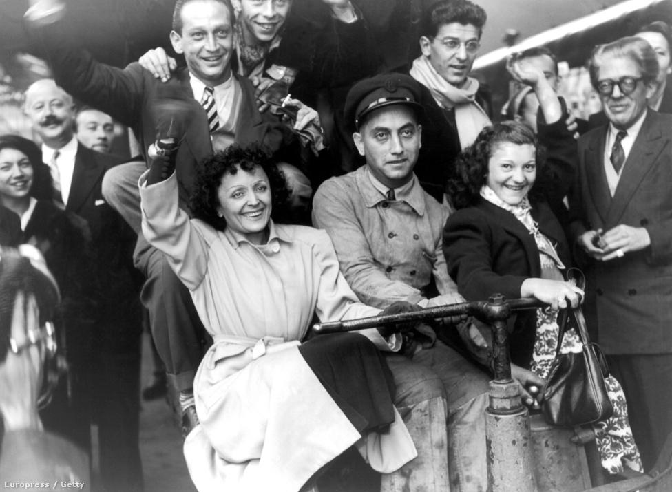 1947 új fejezetet nyitott Piaf életében: első ízben lépett amerikai közönség elé. Először a Broadway-en közös műsorban a képen is látható Les Compagnons de la Chansonnal (leghíresebb közös daluk a Les Trois Cloches, a Három harang), majd Piaf egyedül is színpadra lépett New York legelegánsabb mulatójában, a Versailles-ban.