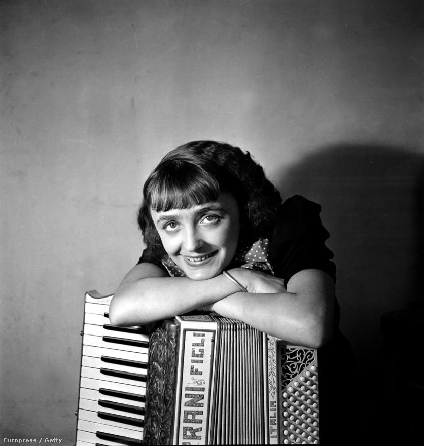 1915. december 15. Párizs. Megszületett Edith Giovanna Gassion, akinek gyerekkoráról számtalan legenda kering. Az első rögtön, hogy egy párizsi ház lépcsőjén született, emléktábla is jelzi a helyet, ám valójában sikerült az anyjának beérni a kórházba. Az anyjának, aki gyorsan elhagyta őt, így a kis Edith apja nagyanyjánál nőtt fel egy bordélyházban, kisgyermekkorában évekre megvakult, majd apjával dolgozott mutatványosként az utcán. 16 éves korában viszont elhagyta apját egy fiú kedvéért, 17 évesen gyereket is szült neki. Ám a kislány kétévesen agyhártyagyulladásban meghalt. A képen Edith 21 éves, a vezetékneve pedig már Piaf, ami a francia argóban verebet jelent.