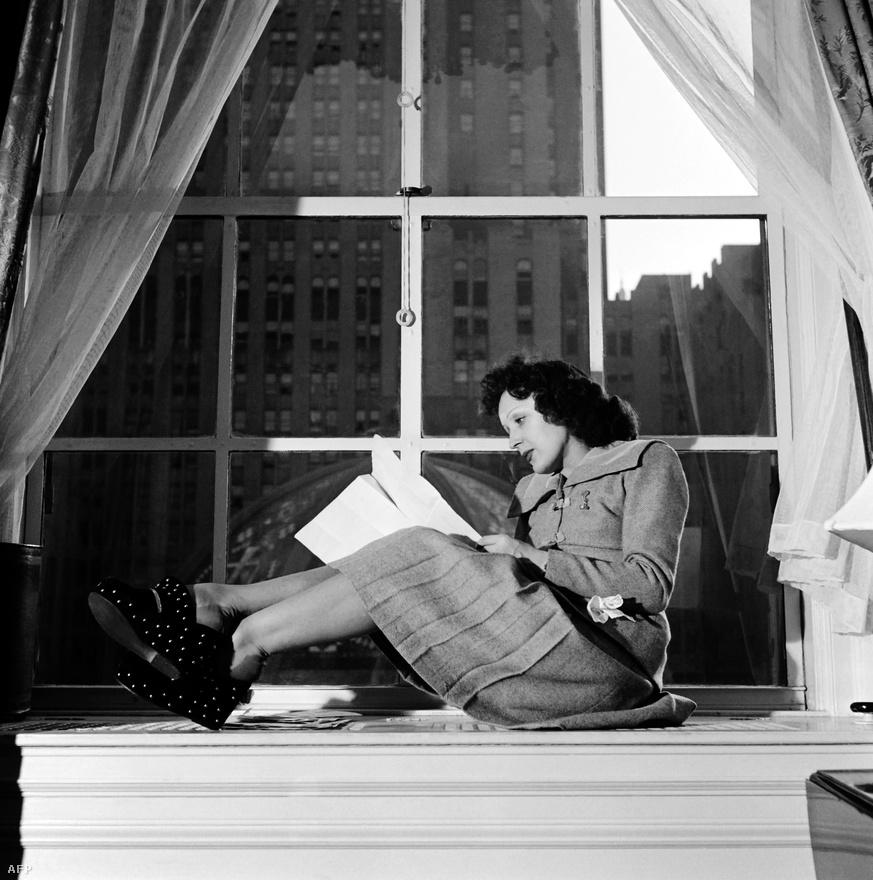 Piaf élete Marrcel halála után megtört. Fájdalmát jól érzékelteti, ahogyan talán legszebb, de mindenképp a leglíraibb dalát énekelte. Az Hymne a l'amour (Himnusz a szerelemhez) szövegét maga Piaf írta, de már Marcel halála után rögzítették. Miközben Piaf művészete kiteljesedett, a magánéletben kicsúszott a lába alól a talaj: alkoholista lett.