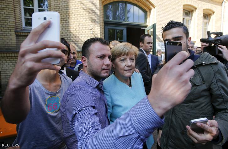 A menekültekkel szelfiző kancellár szeptember 23-án, berlinben
