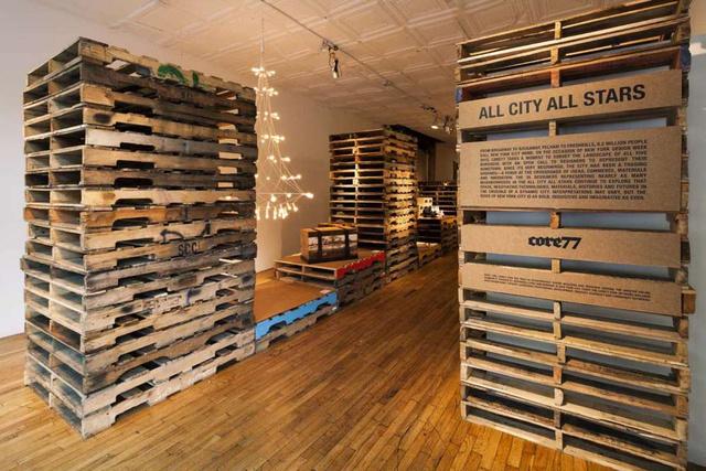 A Core77 szerkesztői, LinYee Yuan és Ray Hu a 2012-es New York-i design hétre időzítették Core77' All City All Star névre keresztelt öt napos pop-up kiállításukat, melynek belső kialakítását Laurence Sarrazin, Mark Tieszen és Joe McGrath 300 darab raklapból és rétegelt furnér lemezből készítették el.