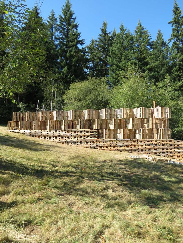 A Portland University School of Architecture tanulói az évente megrendezésre kerülő Pickathlon Zenei Fesztivál filozófiáját követték, mikor 520 darab raklapból megtervezték és felállították a rendezvény egyik előadó termét és színpadát 2014-ben.