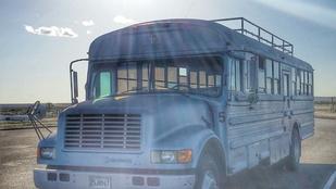 Lepukkant iskolabuszból csinált luxus lakóbuszt, hogy beutazza vele Amerikát