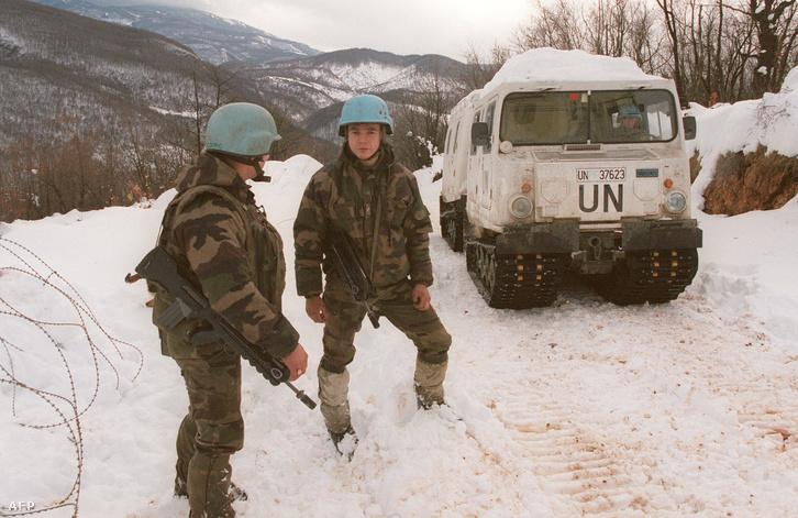 ENSZ-katonák a Szarajevó melletti Igman-hegyen 1995 decemberében, a daytoni békekötés után. A megállapodás értelmében az ENSZ alá tartozó UNPROFOR egységek helyét hamarosan a NATO kötelékébe tartozó IFOR 60 ezer katonája vette át, hogy garantálják a béke megőrzését a hadviselő felek között.