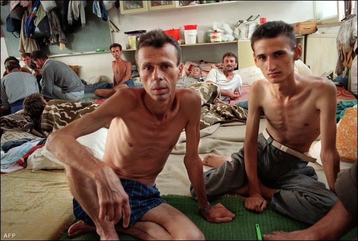 Boszniai foglyok egy szerb táborban 1992 augusztusában. A felvétel nyugati újságírók látogatása során készült.