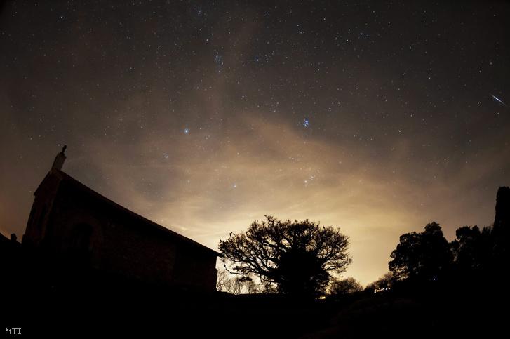 A Geminidák meteorraj az észak-spanyolországi Comillas felett 2015. december 13-án éjjel.
