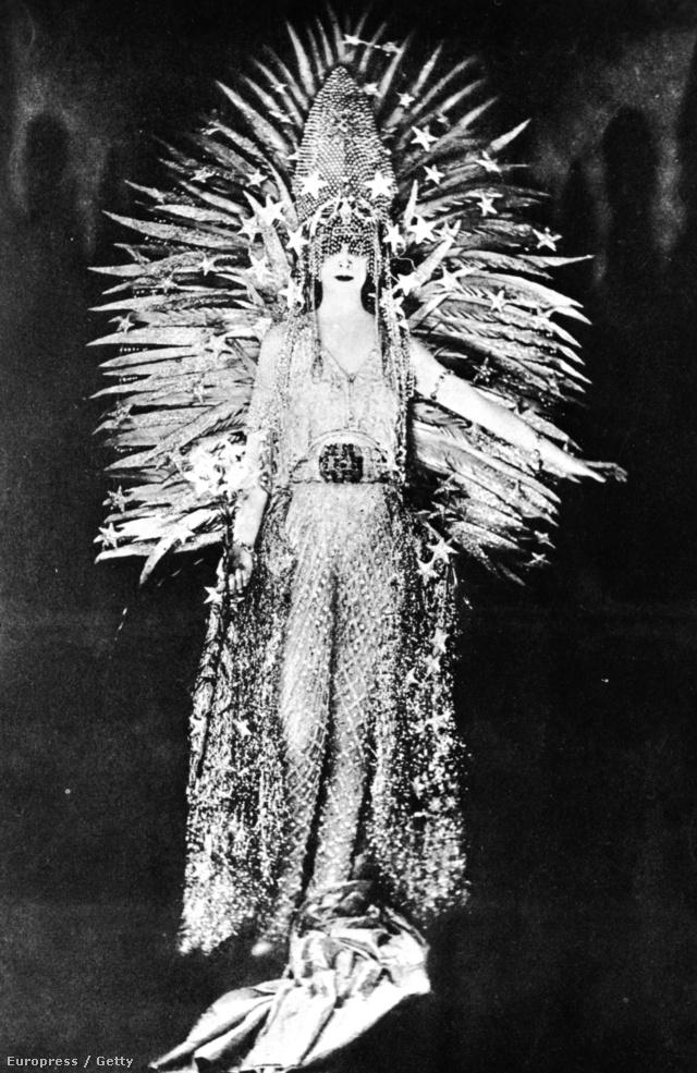 """Az olasz örökösnő Luisa Casati annak ellenére jó példa, hogy vélhetően igencsak kevesen engedhették meg maguknak, hogy úgy öltözzenek, mint a márkiné, akinek nem titkolt életcélja volt, hogy """"élő műalkotásként"""" tekintsenek rá az emberek. Casati gardróbja ugyanis tele volt a drága és figyelemfelkeltő, olykor jelmezszerű ruhákkal, mutatós ékszerekkel és szőrmékkel, nem véletlen hivatkozott rá úgy az akkori Vogue, mint Európa legmerészebb és legextravagánsabb nőjére."""