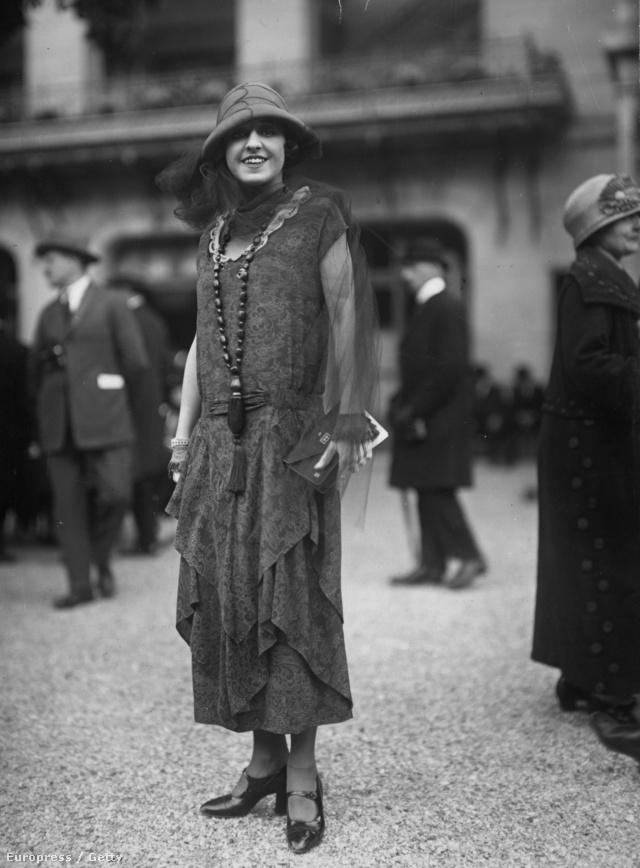 Áttetsző ujjrészt adott egyrészesének a Lanvin 1924-ben. A ruhát egyébként a kor egyik híres táncosa, Mile Rahna viselte Párizsban.