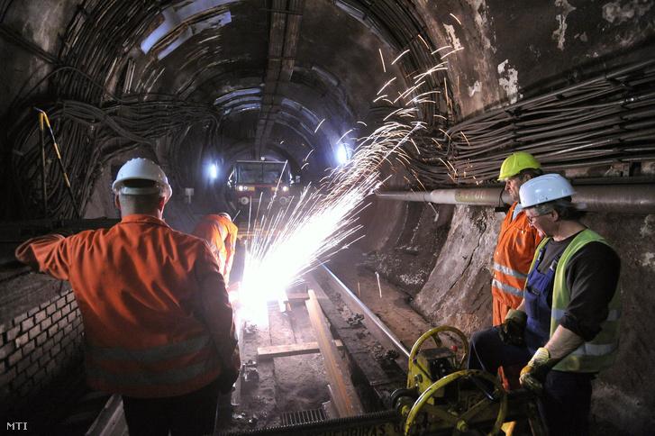 Vágják a sínszálakat a 3-as metró alagútjában a Deák téri metróállomás közelében 2013. február 13-án.