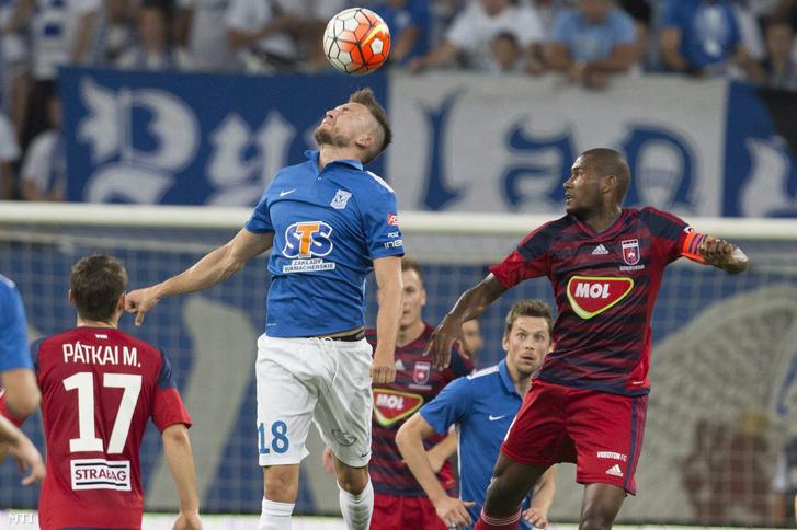 Szymon Pawlowski (k) a Lech Poznan valamint Vinícius a Videoton FC játékosa (j) a labdarúgó Európa Liga selejtezőjének negyedik fordulójában játszott első mérkőzésükön a poznani INEA Stadionban.