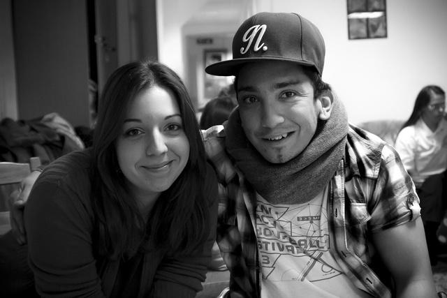Csorba Nóra, a Nem Adom Fel Cafe&Bar egyik projektvezetője és Báder Richard, aki szintén felszolgálóként fog dolgozni a kávézóban.