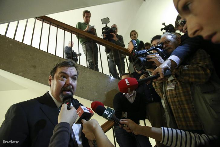 L. Simon László nyilatkozik a sajtónak egy nemzetbiztonsági ülés után, 2014 novemberében