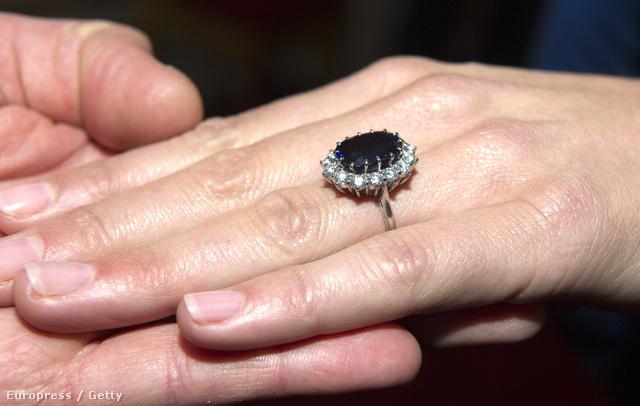 12 karátos ovális zafír és 14 apróbb gyémánt díszíti a gyűrűt, melyet eredetileg 1981-ben Diana kapott Károly hercegtől.