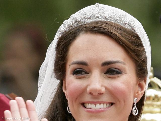 A Cartier Halo tiaráját II. Erzsébet királynő kapta 18. születésnapjára, tőle öröklődött tovább: igazán híressé Katalin és Vilmos 2011-es esküvőjén vált.