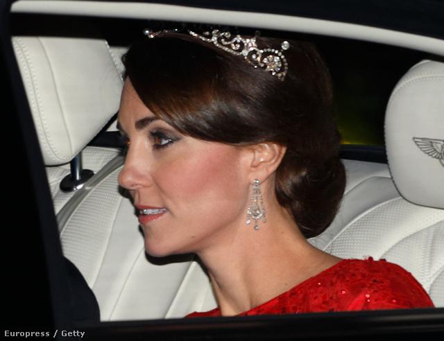 Katalint először 2013-ban fotózták le a lótuszvirág-tiarával, de akkor csak egy elég rossz minőségű lesifotós kép készült arról, ahogy a kocsiban ül vele a hercegné.