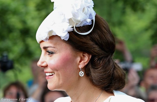 Katalin apró, gyémántokkal kirakott fehérarany fülbevalót viselt Charlotte hercegnő keresztelőjén 2015 júliusában, és talán nem is gondolná, de a visszafogott ékszernek komoly múltja van.