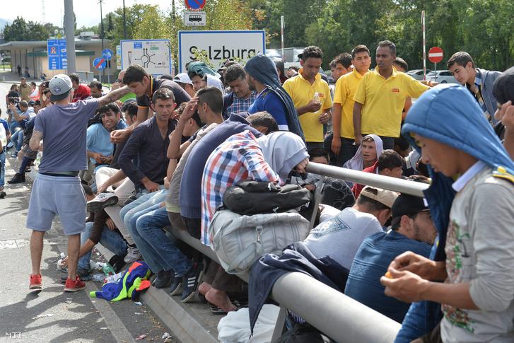 Illegális bevándorlók várakoznak egy hídon miután rendőrök feltartóztatták őket az osztrák-német határ ausztriai oldalán fekvő Salzburgban 2015. szeptember 17-én.