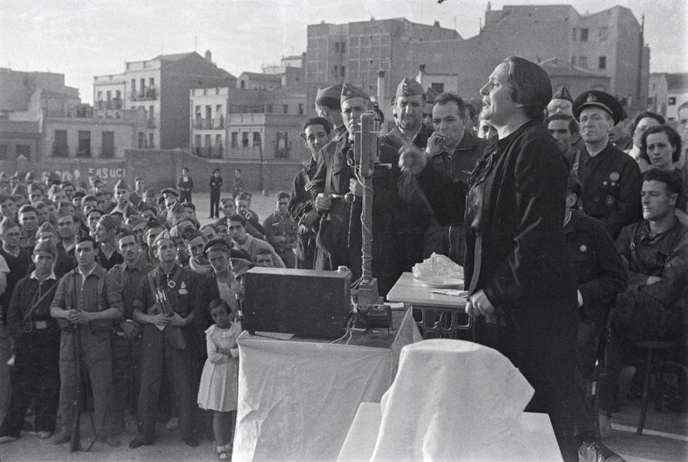 Dolores Ibárruri, a spanyol polgárháború kommunista hősének híres, 1936-os madridi beszéde. Ő emelte át a katonai szlengből a No Pasaran! szlogent, ami az antifasiszta ellenállók jelmondata lett.
