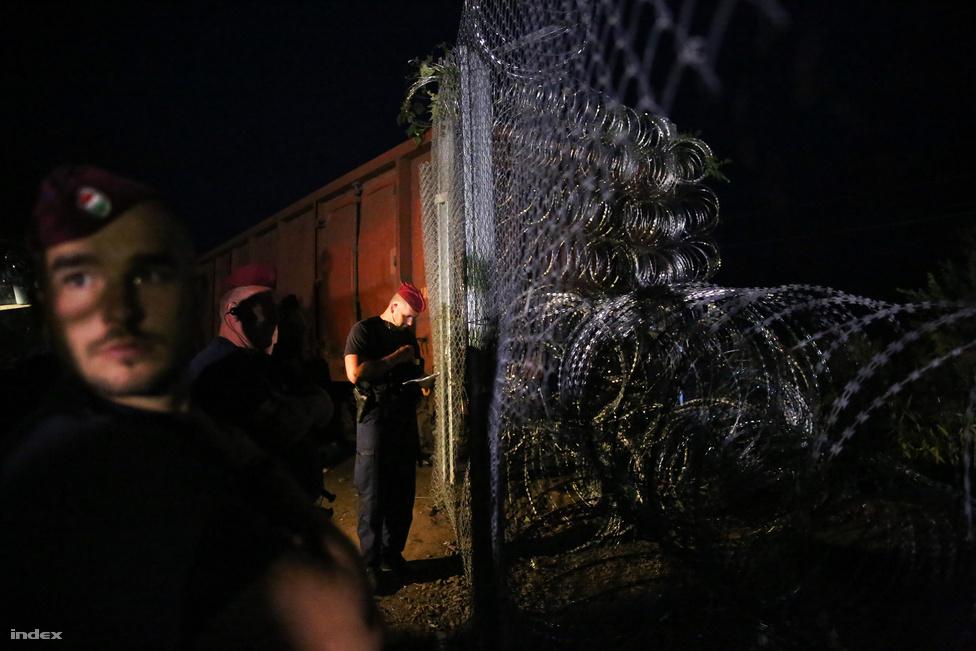 Éjfélre számított mindenki, de már este nyolc előtt betolták a drótakadállyal díszített Mad Max-vagont a röszkei vasúti határátkelőnél. Szeptember 14-e előtt a röszkei vágányon sétáltak át a menekültek Horgos felől, miután az épülő kerítés azt nem keresztezte. Tudósítónk csak kirgiz menekültként tudott bejutni a zárt táborokba. Hiába a sajtótörvény mentesítő passzusa, az ügyészség vádat emelt az ügyében.