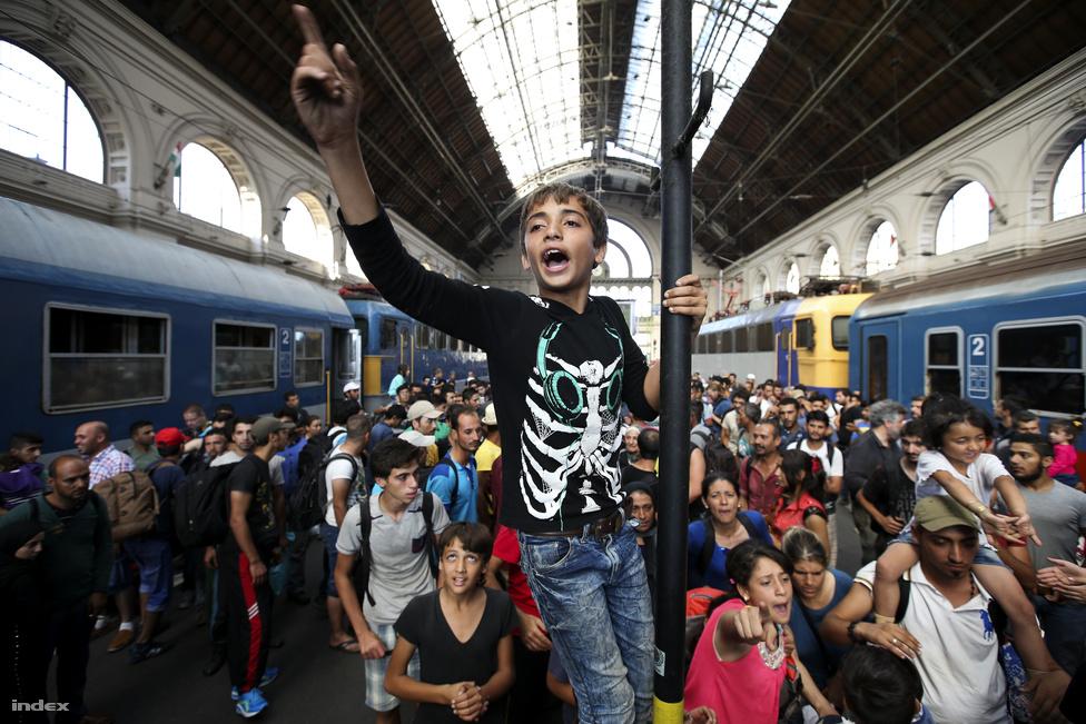 Ritkán történik meg az, ami idén megtörténhetett: Magyarországra szegeződött az egész világ szeme, hetekig a hazai menekülthelyzet uralta a nemzetközi sajtó szalagcímeit. Több tízmillió forintnyi adományt osztott szét a Migration Aid 70 ezer önkéntes munkaórával szeptember végéig, egy ragadósan életvidám, egyébként holokauszttúlélő önkéntesükkel készült interjúnkat itt olvashatja. Azt is elmagyaráztuk szeptember elején, miért nem engedtük csak úgy tovább a menekülteket a Keletiből, és ott voltunk akkor is, amikor megindultak Bécs felé gyalog az autópályán: