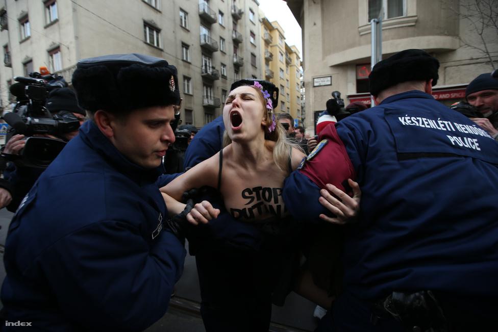 Orbánra egy életre ráég Putyin kézfogása, Magyarországra pedig még a szél is nyugatról fúj – erről beszéltek a szónokok az orosz elnök elleni tüntetésen februárban Vlagyimir Putyin budapesti látogatása alkalmából. Tiltakozásban nem volt hiány: a MostMi a budapesti orosz nagykövetségnél átnevezte egy 2006-ban meggyilkolt újságírónő után Politkovszkajára a Bajza utcát. De nem sokáig maradhatott az orosz diákok által elhelyezett Nyemcov-portré sem a Terror Háza előtt. Az orosz elnök késve érkezett Budapestre, tárgyalt ugyan Orbánnal, de mintha fontosabb lett volna neki, hogy egy uniós országból üzenhessen a világnak. Orbán és az orosz elnök találkozója után aláírtunk egy sor jelentéktelen szerződést, amit akár miniszterek is megköthettek volna, de akkor Putyin nem tudta volna megmutatni, hogy bármikor eljöhet egy EU-s fővárosba. Ott voltunk mindenhol, ahol tör