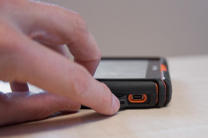 USB-ről is tölthető, nem csak a tartókerettel