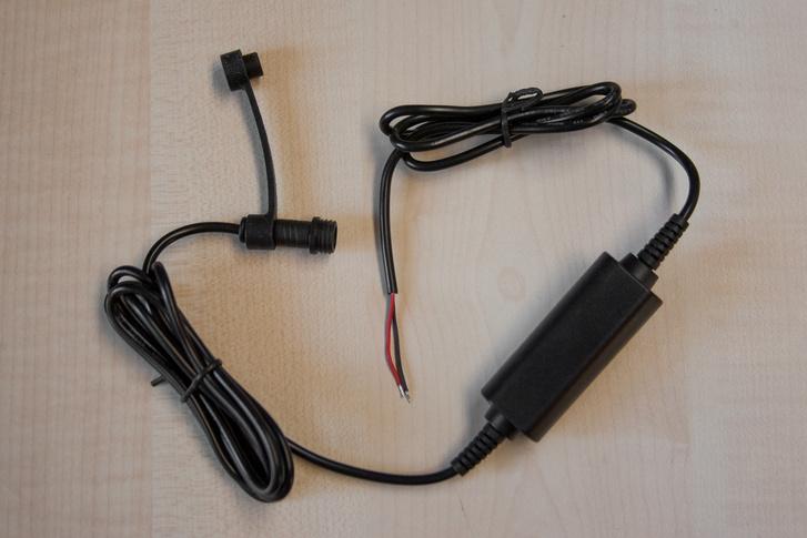 A töltés ráköthető a motor elektromos rendszerére. A csatlakozó ledugózható, így ha nincs fent a GSP, akkor sem ázik be