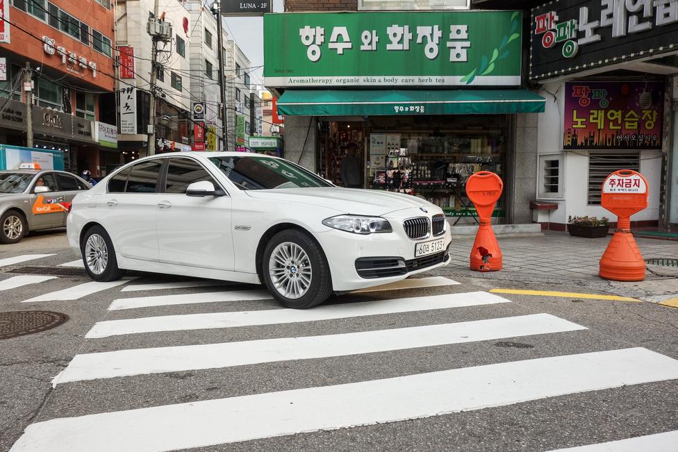 A tulokságot a BMW sugározza vajon a gazdikba világszerte? Vagy csak egy műesztétával van dolgunk, aki fehéret fehérhez passzint?