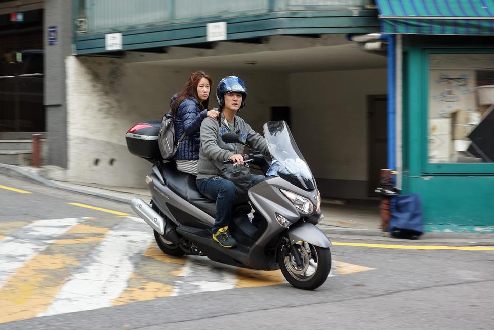 Korea nagyon nem Japán, látszik ez például a motorosok biztonsághoz való hozzáállásán. Japánban sose ülne fel oldalvás és sisak nélkül nő a motorra, ha felülne, azonnal öt rendőr szedné le onnan. Itt lehet