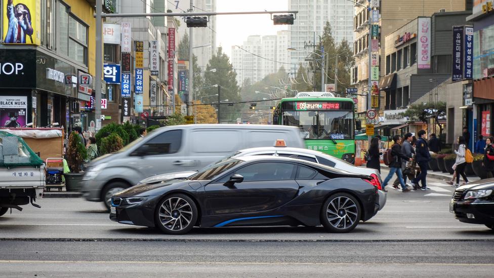 Nemcsak BMW i8, de mindenféle új Porsche, McLaren, M-es BMW és egyéb is szaladgál (azaz ácsorog a dugóban) a Gangnam környékén
